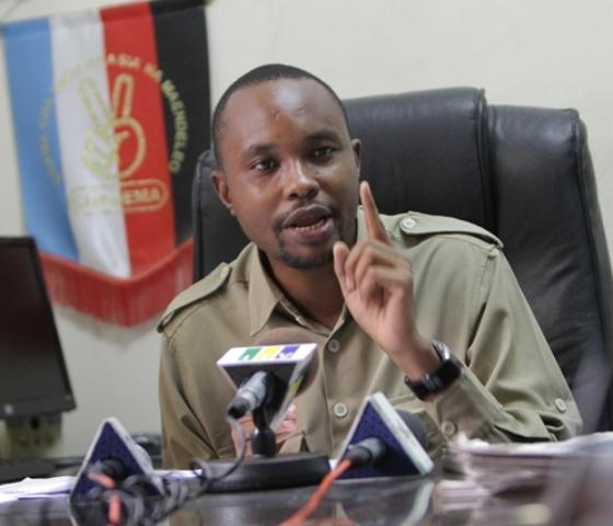 Naibu Katibu Mkuu wa Chadema, John Mnyika akisisitiza jambo wakati wa mkutano na waandishi wa habari.