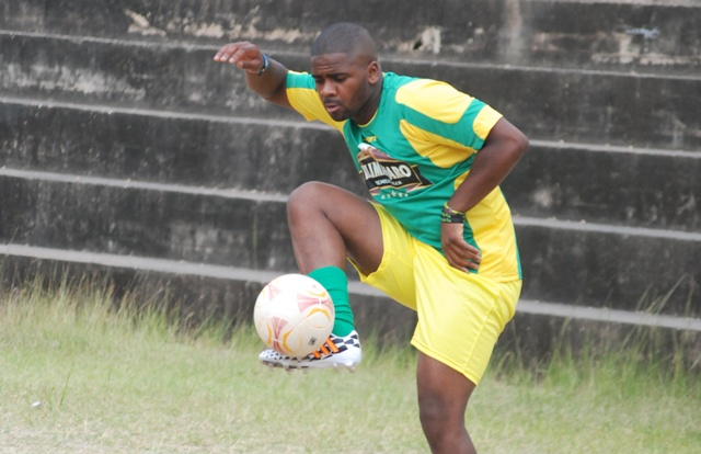 Mshambuliaji wa zamani wa Chelsea, Seleman Abdallah Mbaruku, akiwa katika mazoezi ya timu ya Yanga jana kwenye uwanja wa Shule ya Sekondari ya Loyola, Dar es Salaam. Picha na John Dande