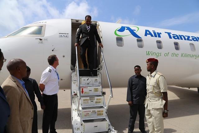 Rais wa Somalia, Hassan Sheikh Mohamud, akishuka kwenye ndege ya ATCL mjini Mogadishu, Somalia, juzi