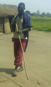 Magesa Moshi mlemavu asiyeona akiwasili mwalo wa Ndolage kuongea na mwandishi wa makala hii