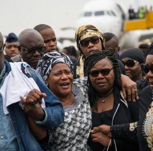 Mke wa marehemu Papa Wemba (wapili kutoka kushoto) Marie Rose, akifarijiwa na ndugu.