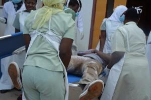 Wauguzi wa Idara ya Magonjwa ya Dharura (EMD) katika Hospitali ya Taifa Muhimbili (MNH), wakimuhudumia mgonjwa.