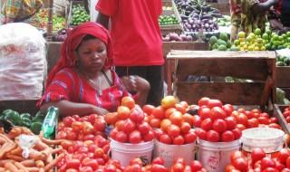 Mfanyabiashara akiwa katika Soko la Kariakoo