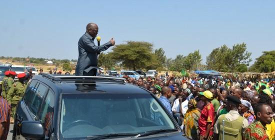 Rais Dk. John Magufuli, akihutubia wakazi wa Manyoni mkoani Singida jana baada ya kuwasili wilayani humo katika ziara ya kuwashukuru wananchi kwa kumchagua.