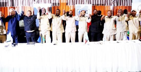 Viongozi wakuu wa Chadema, wakiwa wameshikana mikono baada ya kutangaza katika mkutanao na waandishi wa habari Dar es Salaam jana kuzindua operesheni mpya ya Ukuta.