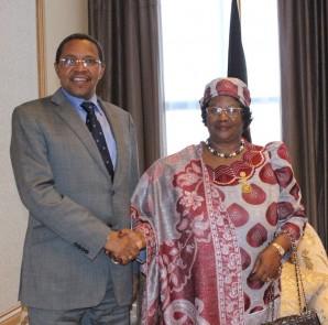 Rais Mstaafu, Jakaya Kikwete akiwa na Rais wa zamani wa Malawi, Joyce Banda.