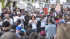 Waandamanaji wakiandamana kupinga ukatili wa polisi kwa watu weusi nchini Marekani.