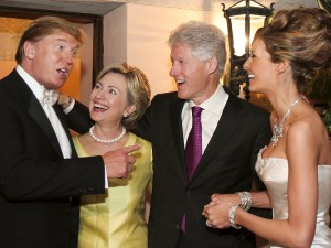 Donald Trump, Hillary Clinton, Bill Clinton na Melanie Trump wakati wa harusi ya bilionea huyo na mkewe Melanie mwaka 2005.
