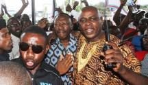 Mwenyekiti wa zamani wa CUF, Profesa Ibrahim Lipumba, akiongozwa na maofisa wa polisi kuingia kwenye ukumbi uliofanyika Mkutano Mkuu Maalumu Dar es Salaam jana.
