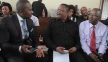 Mwanasheria Mkuu wa Chadema, Tundu Lissu, akizungumza na Wakili wake, Peter Kibatala (kushoto) katika Mahakama ya Hakimu Mkazi Kisutu, Dar es Salaam jana. Kulia ni Mbunge wa Ubungo (Chadema), Said Kubenea.