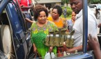 Mke wa Bilionea Erasto Msuya, Minam Msuya, akishuka kwenye gari la polisi kuelekea chumba cha Mahakama ya Hakimu Mkazi Kisutu kusomewa mashtaka ya kesi ya mauaji inayomkabili Dar es Salaam jana.