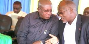 Mwakyembe akiteta jambo na Rais John Magufuli