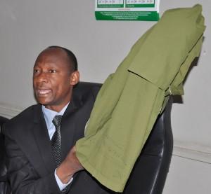 Katibu Mtendaji wa Baraza la Mitihani (NECTA), Dk Charles Msonde, akionesha sare za wanafunzi wa darasa la saba wa shule binafsi zikiwa zimejazwa majibu ya mitihani wakati akizungumza na waandishi wa habari, Dar es Salaam jana.
