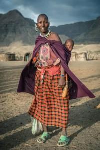mama-akiwa-amembeba-mtoto-mgongoni