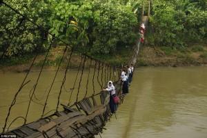 watoto wakivuka Mto Ciherang, nchini Indonesia