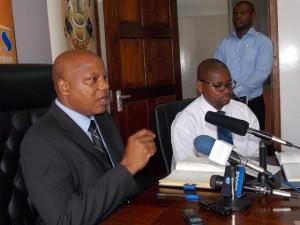 Mkurugenzi wa Masoko na Uhusiano wa UTT AMIS, Daud Mbaga (kushoto) akiwa na Mkurugenzi Mtendaji, ssa Wahichinenda.