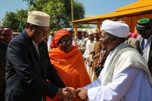 WAZIRI Mkuu, Kassim Majaliwa akisalimiana na Mufti Mkuu wa Tanzania Sheikh Zubery.