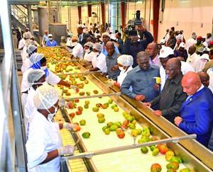 Rais Magufuli (wa pili kulia) akiwa na mmiliki wa kiwanda hicho Said Salim Bakhresa wakati wa ufunguzi wa kiwandahicho cha Azam Product Group Mwandege Mkulanga