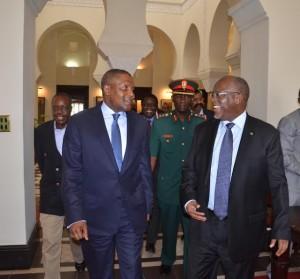 Rais Dk. John magufuli akiwa na na mmiliki wa Kiwanda cha Saruji cha Dangote kilichopo Mtwara Alhaji Aliko Dangote .