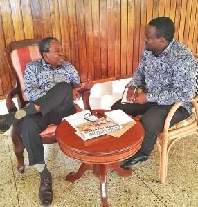 Mwandishi wa makala haya Evans Magege (kulia), akiwa katika mahojiano maalumu na Makongoro Nyerere