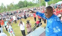 Katibu Mkuu wa Chama cha Wananchi (CUF), Maalim Seif Sharrif Hamad, akiwasalimia wananchi wa Jimbo la Dimani, Zanzibar jana wakati wa mkutano wa kufunga kampeni za ubunge wajimbo hilo