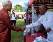 Waziri Mkuu Mstaafu  ambaye pia ni Mjumbe wa Kamati kuu ya Chama cha Demokrasia na Mendeleo (CHADEMA), Edward Lowassa, (kushoto), akisalimiana na Katibu Mkuu wa Chama cha Wananchi (CUF), Maalim Seif Sharifu Hamad, baada ya kuwasli katika  uzinduzi wa kampeni za uchaguzi mdogo wa nafasi ya ubunge jimbo la  Dimani uliofanyika katika viwanja vya shule ya Fuoni Zanzibar jana .