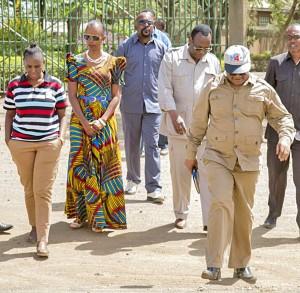 Mwenyekiti wa Chadema, Freeman Mbowe (wapili kulia), Mwanasheria Mkuu wa Chadema Tundu Lissu (kulia),Mbunge wa Bunda Esther Bulaya (kushoto)na Mke wa Mbunge wa Arusha Mjini, Godbless Lema, Neema Lema(aliyevaa miwani) wakitoka nje ya mahabusu ya Gereza Kuu Kisongo la Arusha jana walipokwenda kumtembelea Lema anayeshikiliwa kwa zaidi ya miezi miwili tangu akamatwe Novemba mwaka jana.